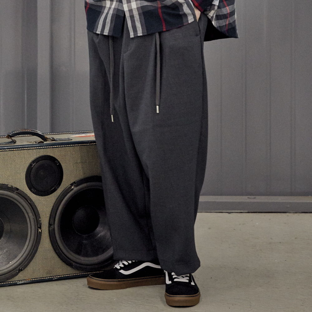 데일리인 DOOR MAN TR WIDE BALLOON PANTS_Charcoal